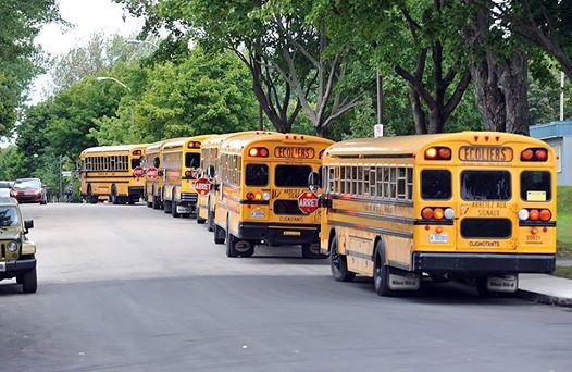 autobus-scolaires-a-la-sortie-des-classes