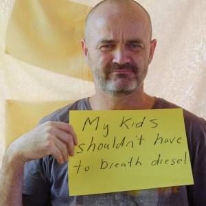 ses-enfants-ne-devraient-pas-avoir-a-respirer-du-diesel-de-train